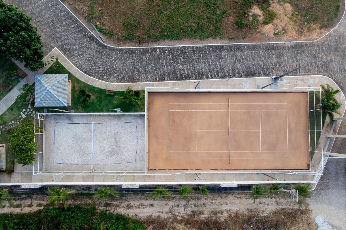 Campo de vôlei e quadra de tênis